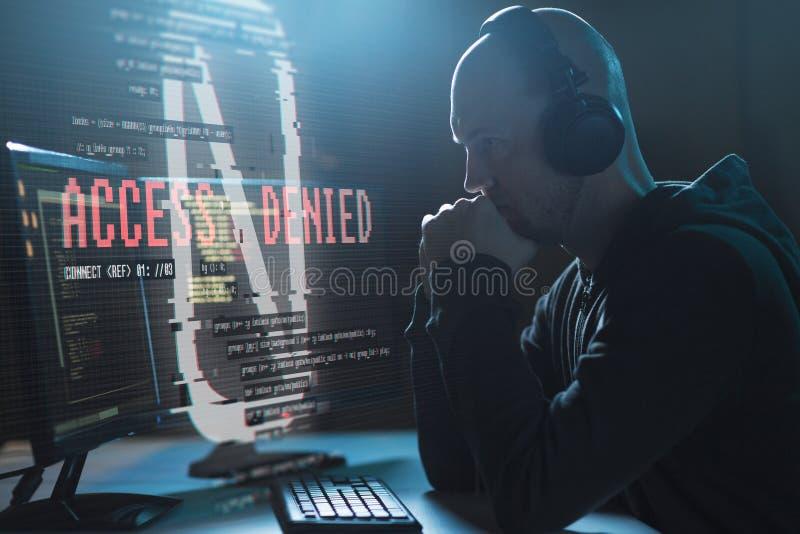 Le pirate informatique avec l'accès a nié des messages sur l'ordinateur image stock
