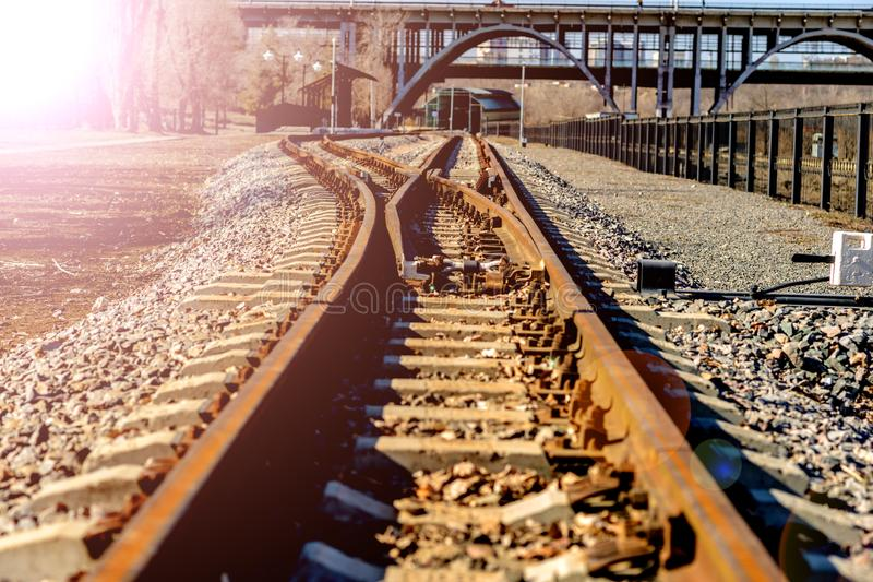 Le piste del treno del calibro stretto passa il ponte fotografie stock