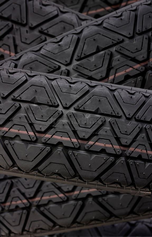 Le piste dell'impronta del pneumatico si chiudono in su immagini stock libere da diritti