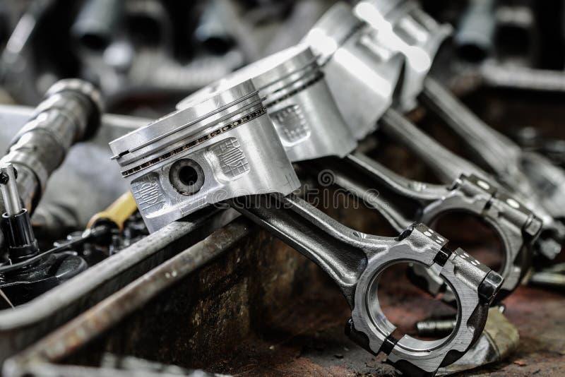 Le piston de moteur enlevé du moteur sont ennuyeux pour la réparation, usinent l'équipement et endommagé du travail d'industrie photographie stock libre de droits