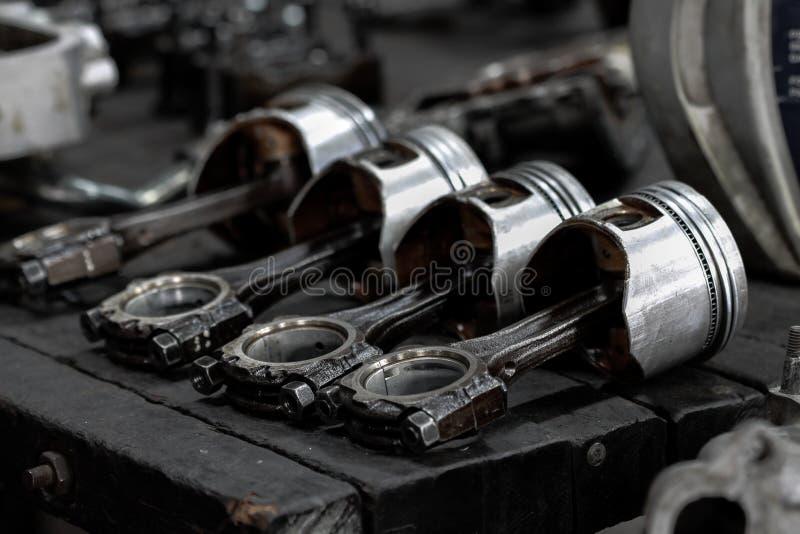 Le piston de moteur enlevé du moteur sont ennuyeux pour la réparation, usinent l'équipement et endommagé du travail d'industrie images libres de droits