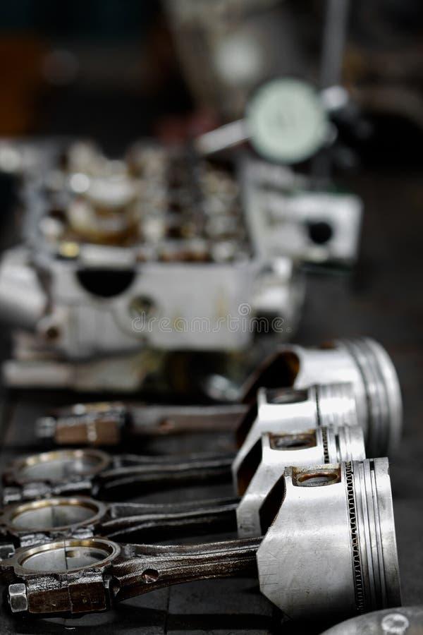 Le piston de moteur enlevé du moteur sont ennuyeux pour la réparation, usinent l'équipement et endommagé du travail d'industrie photo libre de droits