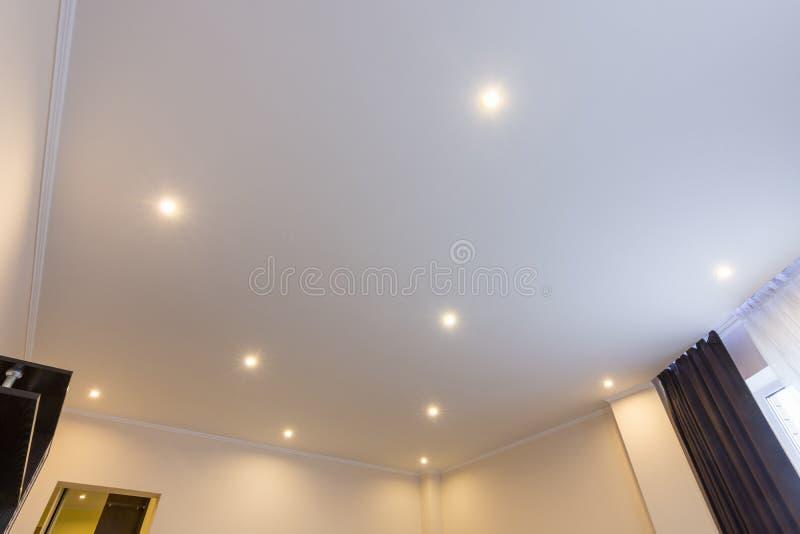 Le plafond dans le hall, éclairage est allumé image libre de droits