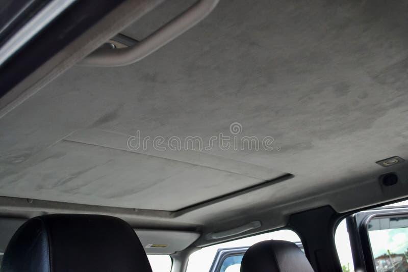 Le plafond de la voiture de SUV avec le toit ouvrant tiré par le matériel mou gris dans l'atelier pour accorder et dénommer l'int photographie stock