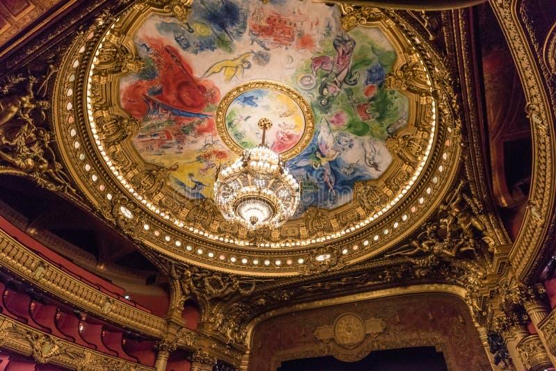 Le plafond et le lustre de l'amphithéâtre à l'intérieur du Palais Garnier, Paris images stock