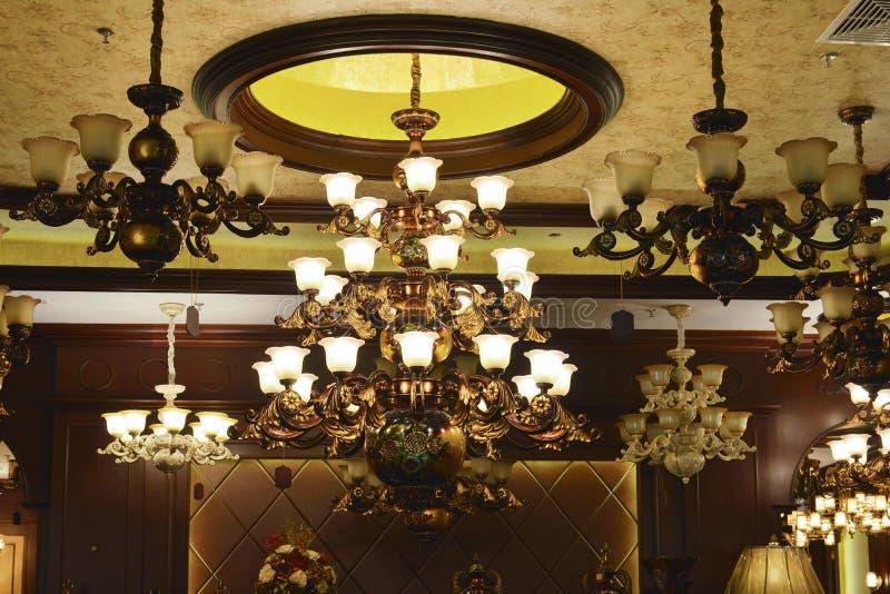 Le plafonnier de luxe s'est allumé par les ampoules de lampe menées photo libre de droits