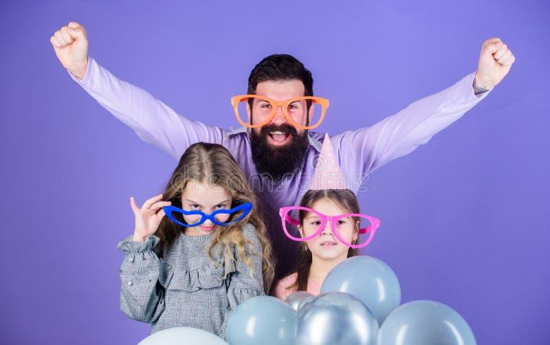 Le plaisir ne peut pas attendre Famille heureux avec deux enfants Famille du père et des filles portant les lunettes de fantaisie image stock
