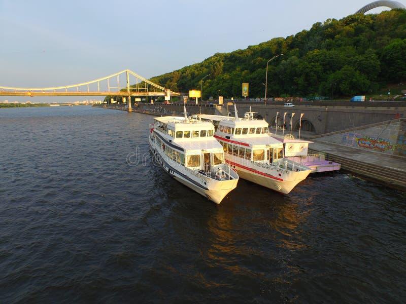 Le plaisir se transporte sur la rivière de Dnipro, Kyiv, Ukraine photo libre de droits