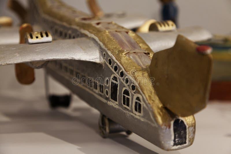 le plan de construction auto de jouet devient art avec les articles réutilisés image stock