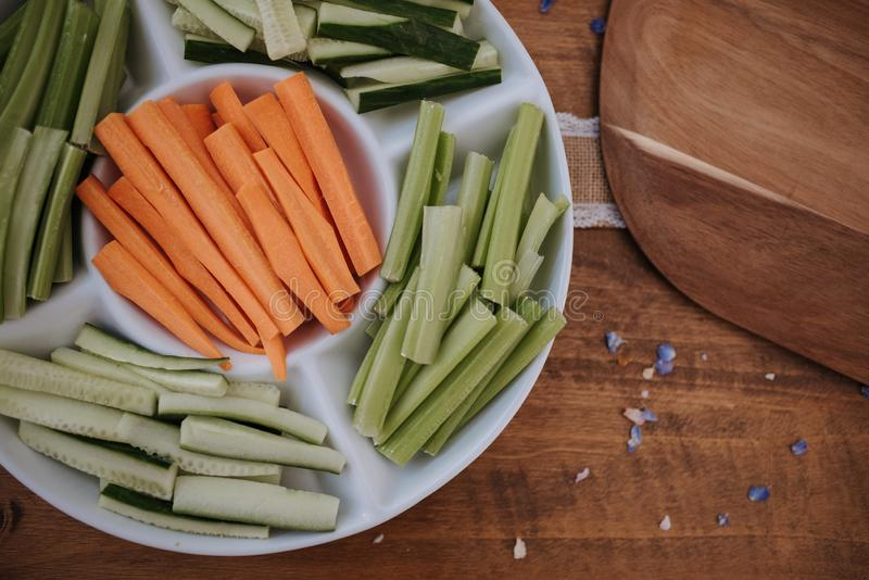 Le plan rapproché aérien tiré de la julienne a coupé des carottes, des concombres et des conserves au vinaigre d'un plat sur la s photos stock