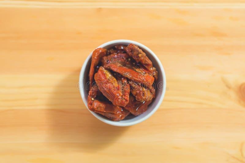 Le plan rapproché d'un blanc Piala avec les tomates coupées en tranches marinées en épices est sur une table en bois Le concept d photographie stock libre de droits
