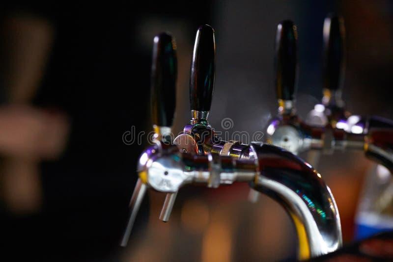 Le plan rapproché d'un compteur de barre avec remplir tape pour la bière et l'alcoholi images libres de droits