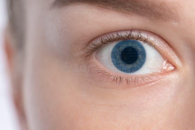 Le plan rapproché d'une femme a un oeil électronique image libre de droits