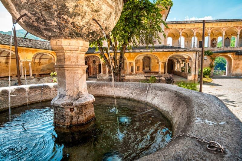 Le plan rapproché de jaillissement de fontaine éteignent l'architectu antique de l'eau assoiffée image stock