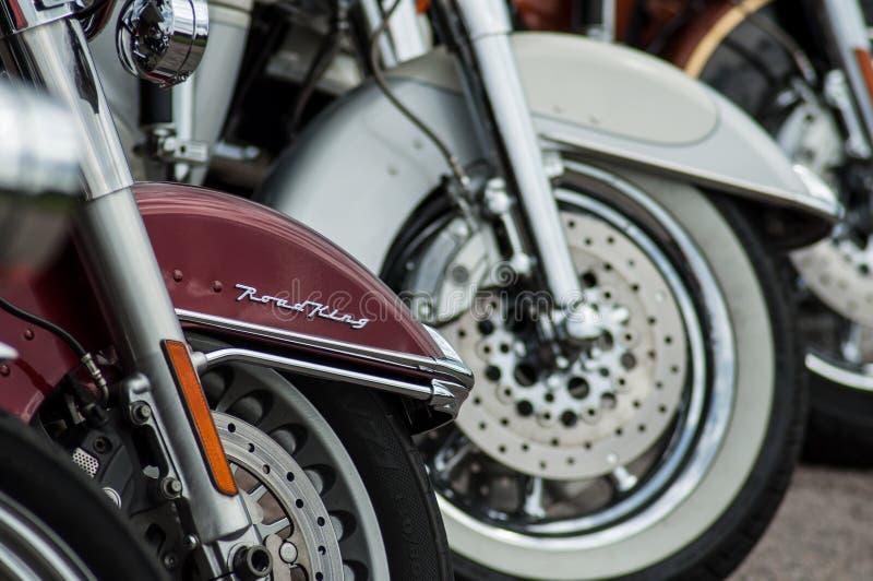 Le plan rapproché de l'alignement de mototorbike de Harley Davidson s'est garé dans la rue photographie stock libre de droits