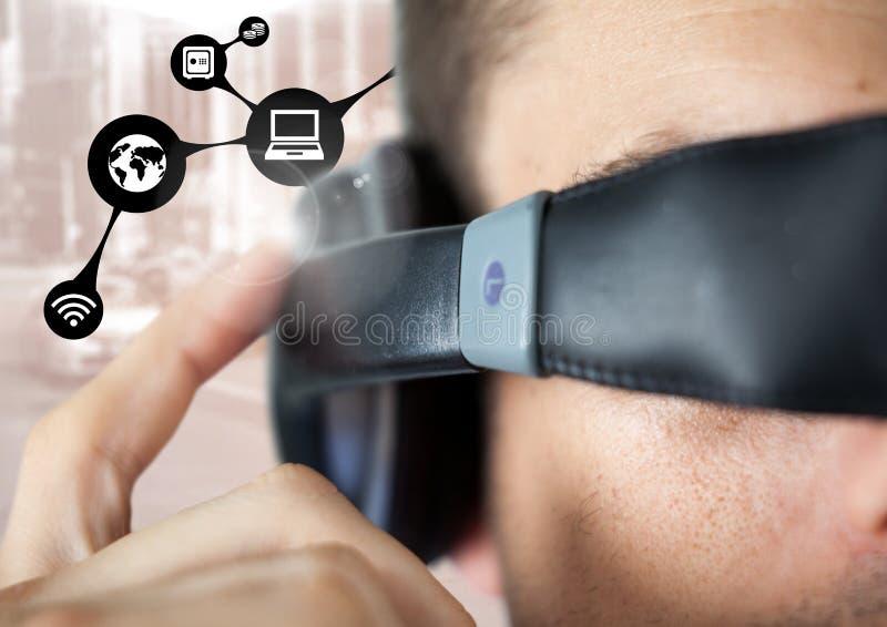 Le plan rapproché de l'homme à l'aide du casque de réalité virtuelle et la connexion réseau connectent images stock