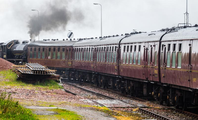 Le plan rapproché de la locomotive à vapeur s'est garé à la station de train de Mallaig, image libre de droits