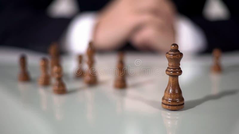 Le plan rapproché de la pièce d'échecs de reine, homme d'affaires emploie le rang le plus puissant dans la stratégie photographie stock libre de droits