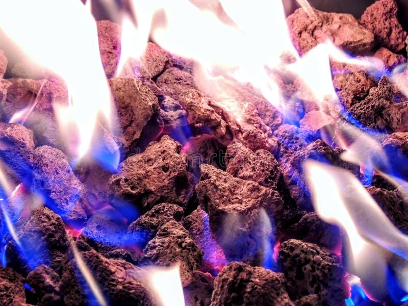 Le plan rapproché de mine du feu de propane flambe dans des roches de lave photos stock