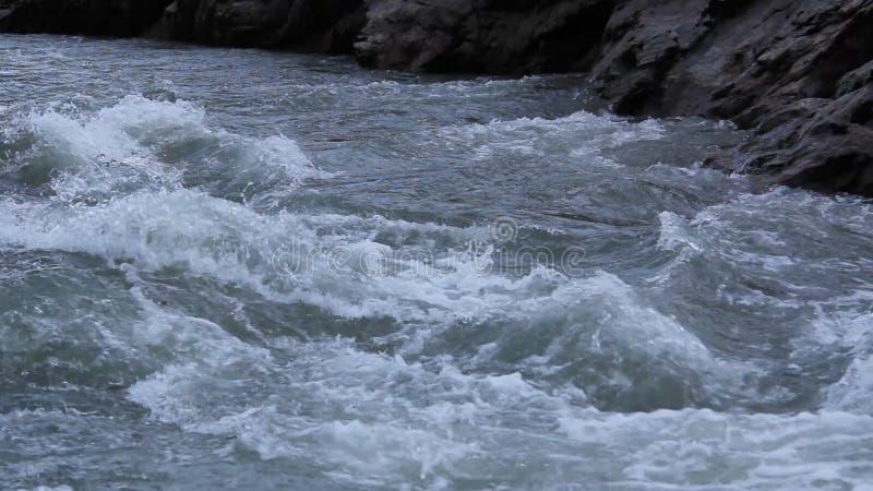 Le plan rapproché de rivière de montagne banque de vidéos