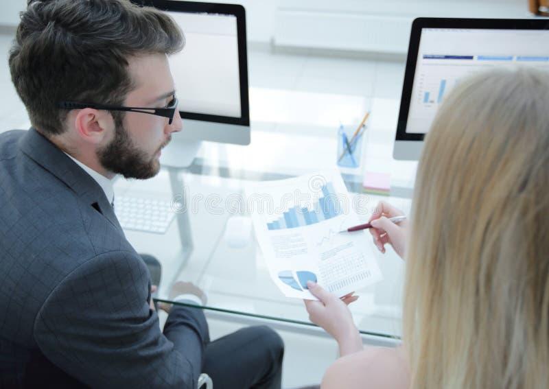 Le plan rapproché des employés du ` s de société travaillent avec l'information financière photo libre de droits