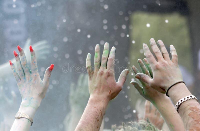 Download Le Plan Rapproché Des Mains Heureuses De Partie A Augmenté Dans Le Ciel Photo stock - Image du couleur, peinture: 76083954