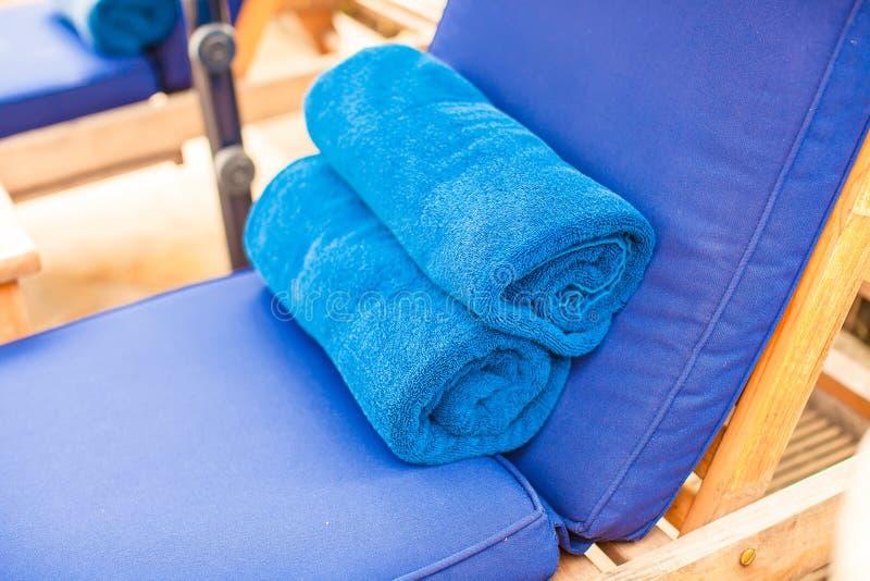 Le plan rapproché des serviettes s'approchent de la piscine à tropical photos libres de droits