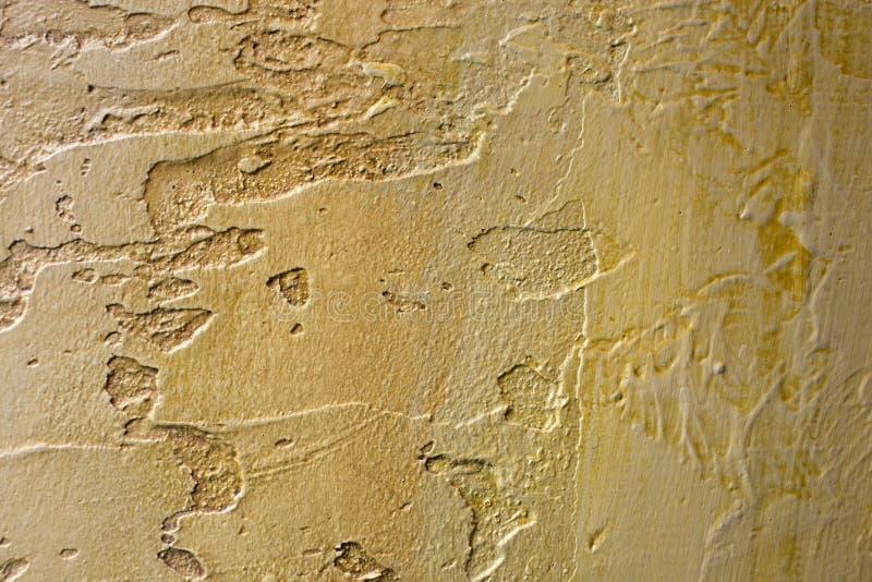 Le plan rapproché du bronze d'or coloré a plâtré le mur inégal de stuc Texture abstraite, fond chaotique de l'espace de copie déc image stock