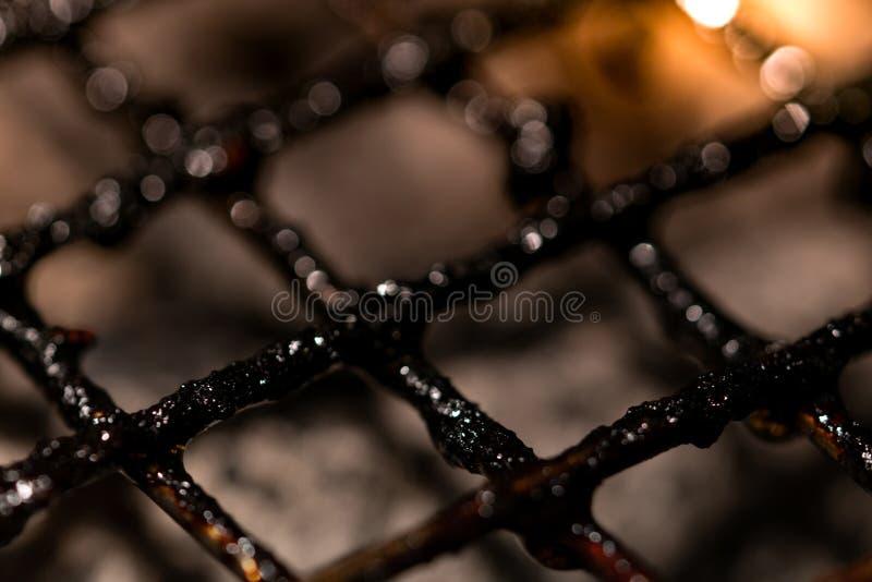 Le plan rapproché du gril sale et brûlé de barbecue râpe Facteur de risque des cancers Nourriture malsaine Complètement des tache photographie stock