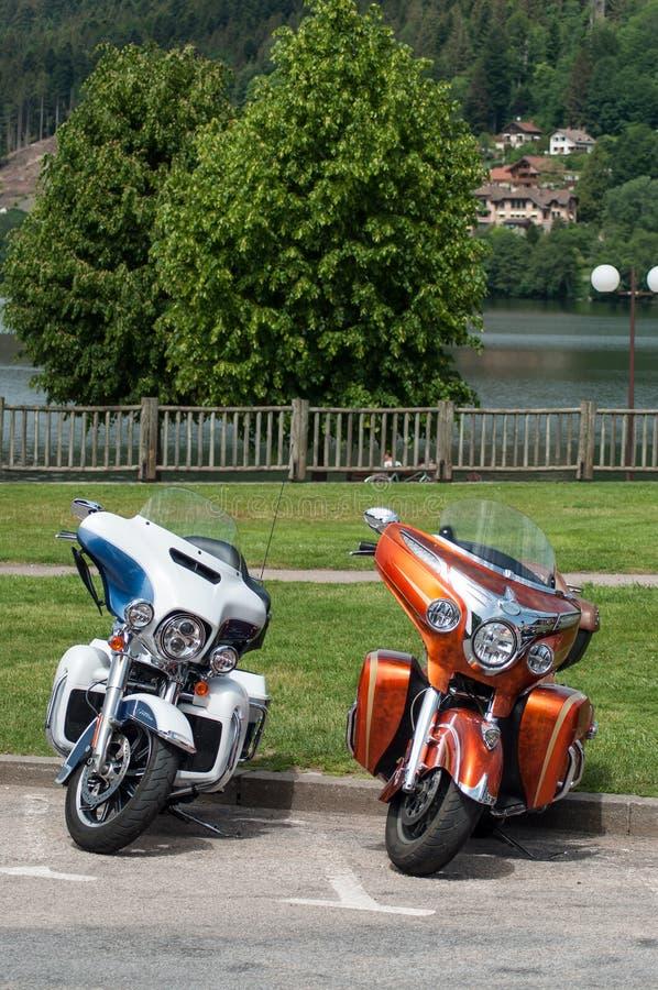 Le plan rapproché du mototorbike de deux Harley Davidson s'est garé dans la rue devant le lac photo stock