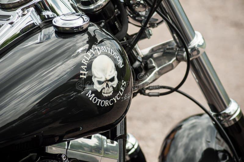 Le plan rapproché du réservoir de motocyclette avec la peinture de crâne sur la motocyclette de Harley Davidson s'est garé dans l photos libres de droits