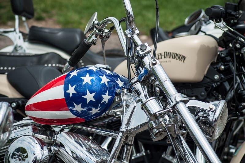 Le plan rapproché du réservoir de motocyclette avec la peinture de drapeau américain sur la motocyclette de Harley Davidson s'est images stock