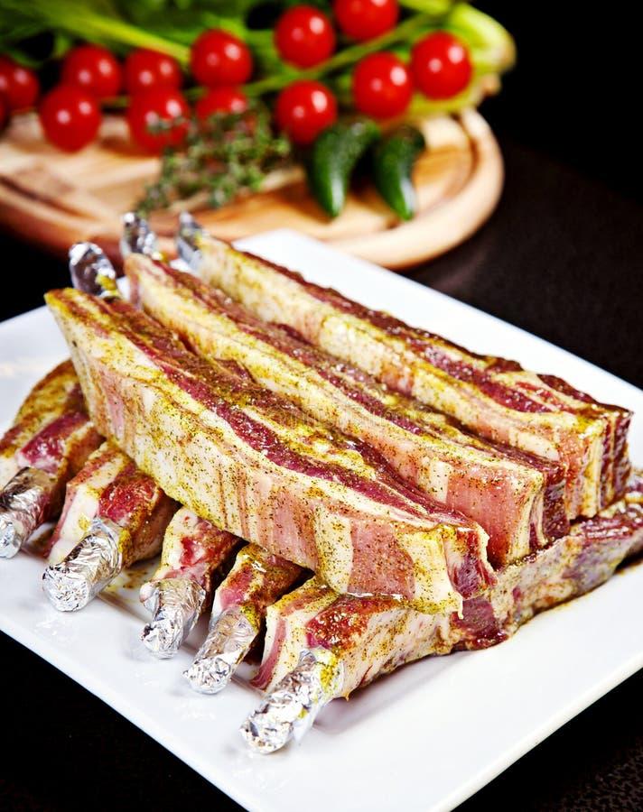 Plan rapproché de ventre de porc cru en marinade images libres de droits