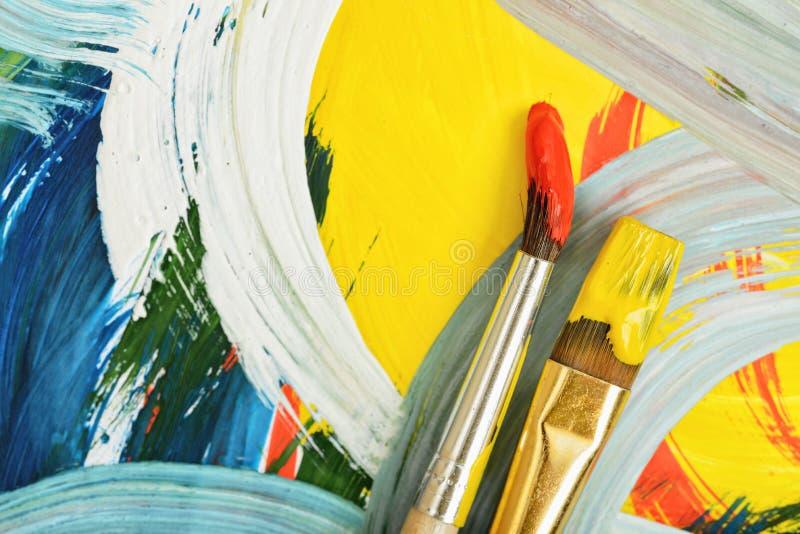 Le plan rapproché a employé des pinceaux de gouache sur la toile lumineuse et colorée illustration stock