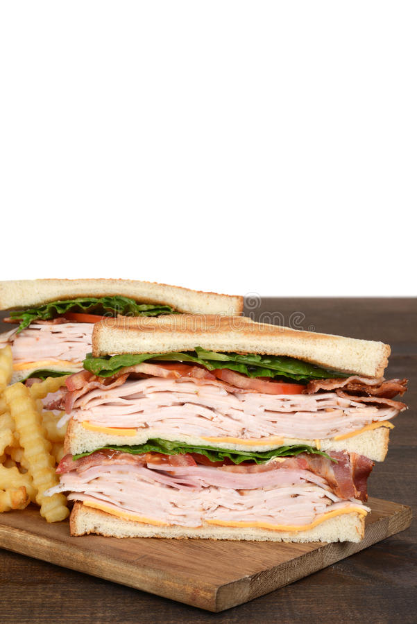 Le plan rapproché a grillé le sandwich à club de dinde avec des fritures photo stock