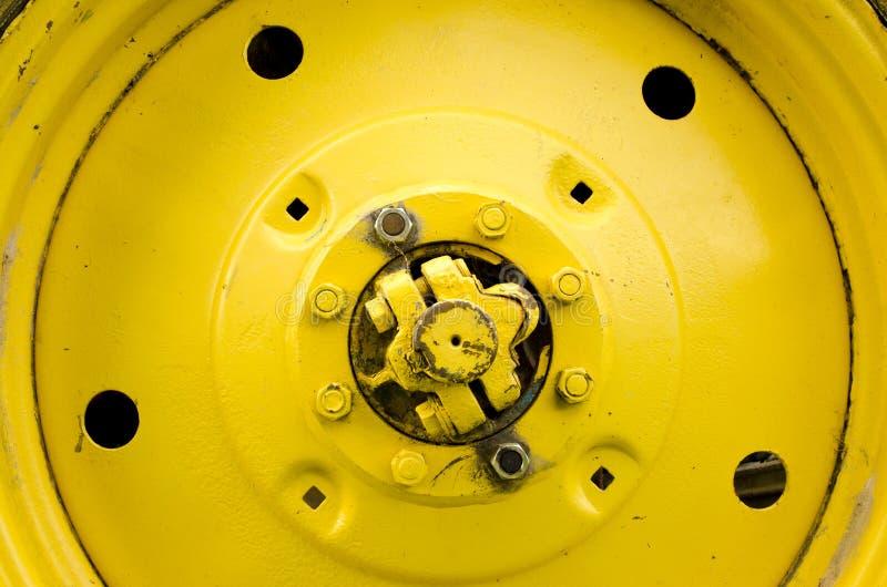 Le plan rapproché jaune de roue d'entraîneur détaille le trou d'écrou de boulon images stock