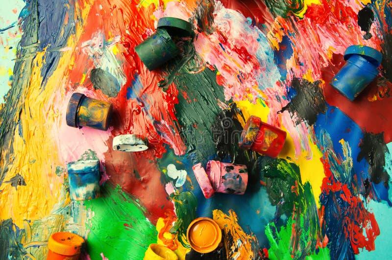 Le plan rapproché multicolore de boîtes et de peintures à l'huile soustraient le fond franc photo libre de droits