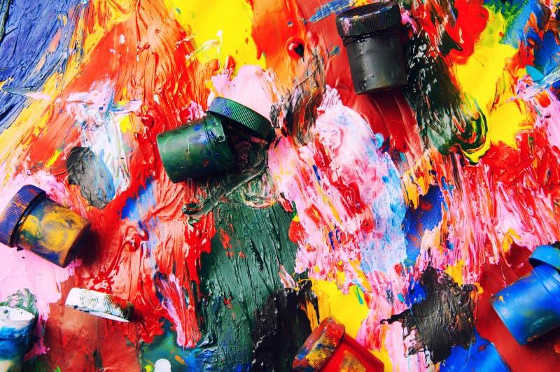 Le plan rapproché multicolore de boîtes et de peintures à l'huile soustraient le fond franc images libres de droits