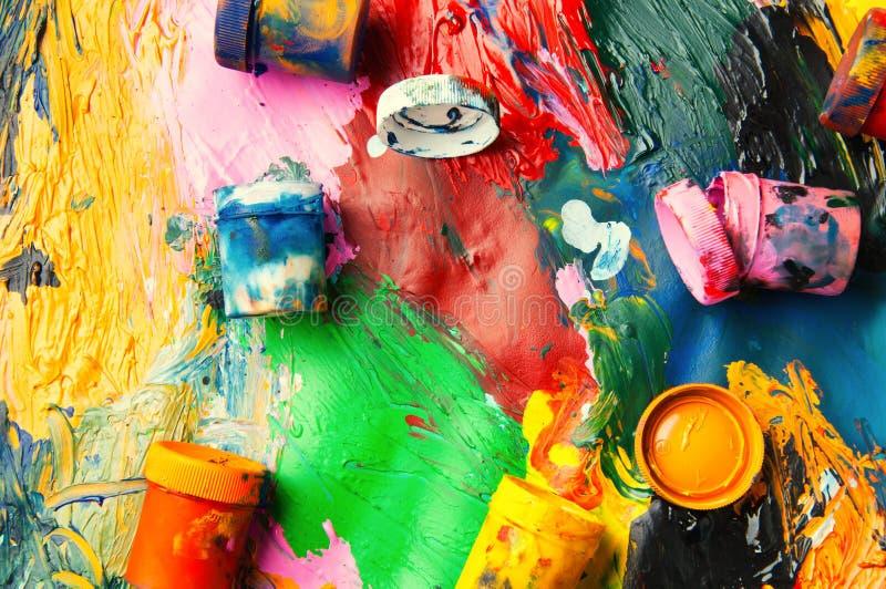 Le plan rapproché multicolore de boîtes et de peintures à l'huile soustraient le fond franc images stock