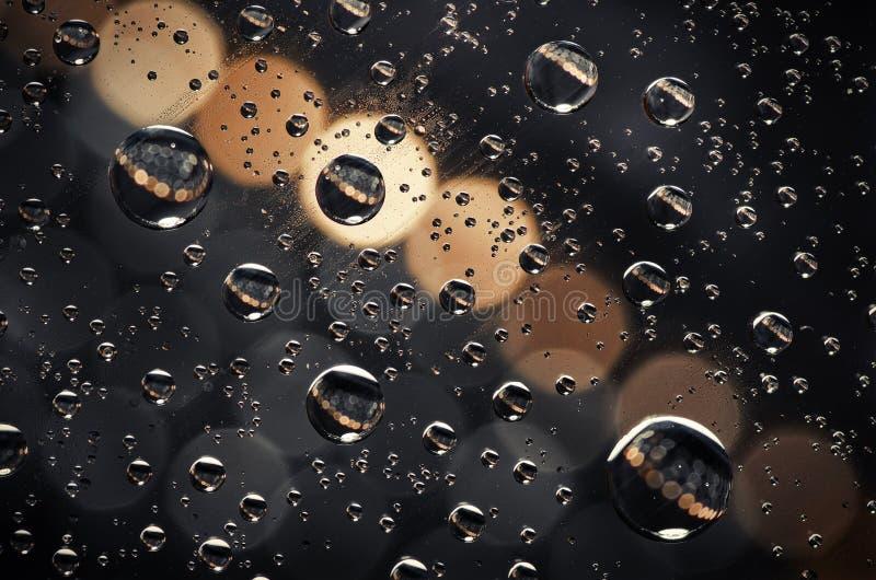 Le plan rapproché sur l'eau laisse tomber le fond sur la surface crémeuse et noire photos libres de droits