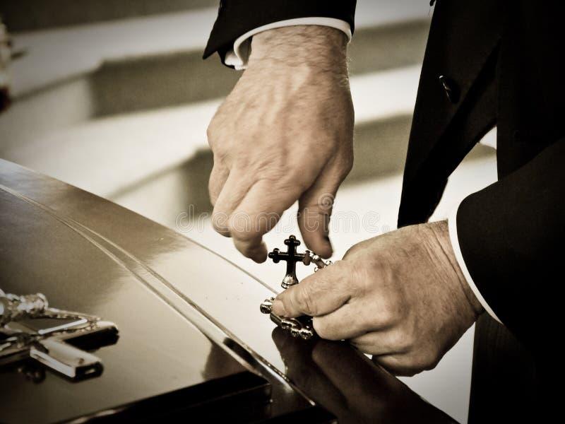 Le plan rapproché a tiré d'un cercueil coloré dans un if ou de la chapelle avant enterrement ou enterrement au cimetière photographie stock