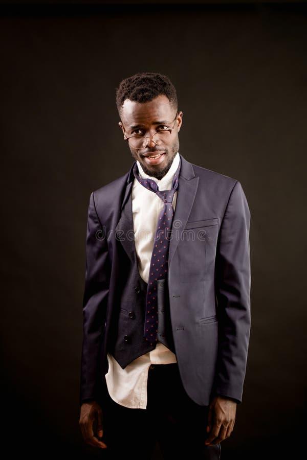 Le plan rapproché a tiré de l'homme d'affaires ivre d'Afro avec les vêtements en lambeaux photographie stock libre de droits