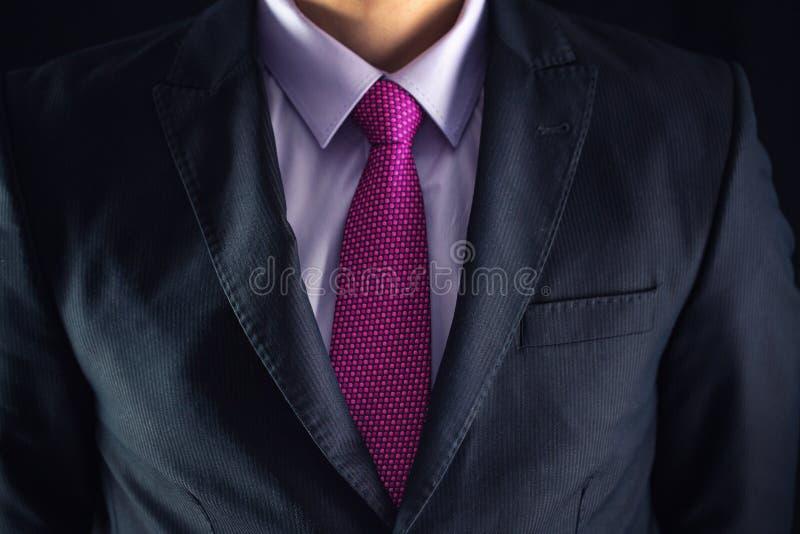 Le plan rapproché a tiré de l'homme d'affaires sur un costume images libres de droits