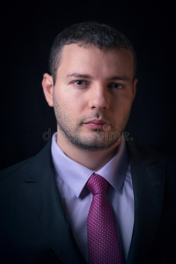 Le plan rapproché a tiré de l'homme d'affaires sur un costume photo libre de droits