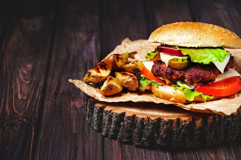 Le plan rapproch? des hamburgers faits ? la maison de boeuf avec de la laitue et la mayonnaise a servi sur la petite planche ? d? images stock