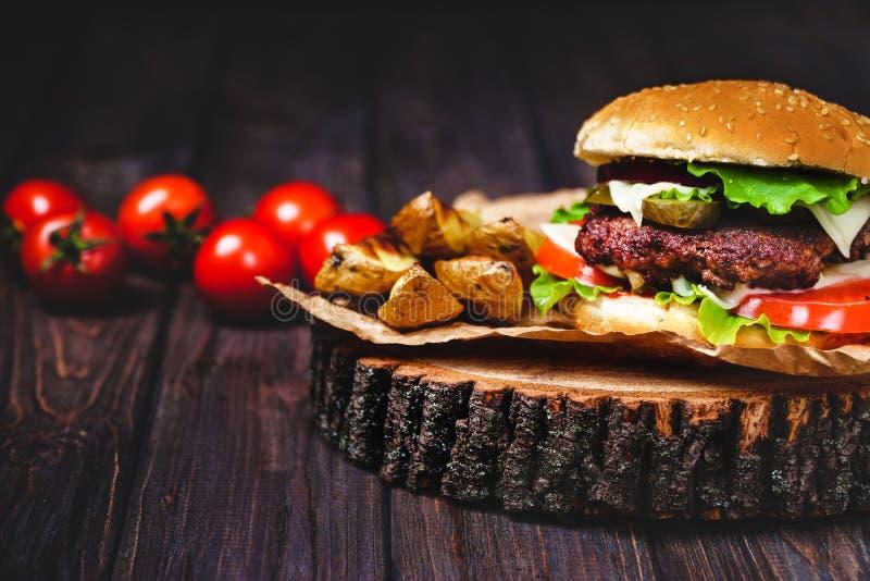 Le plan rapproch? des hamburgers faits ? la maison de boeuf avec de la laitue et la mayonnaise a servi sur la petite planche ? d? photo libre de droits