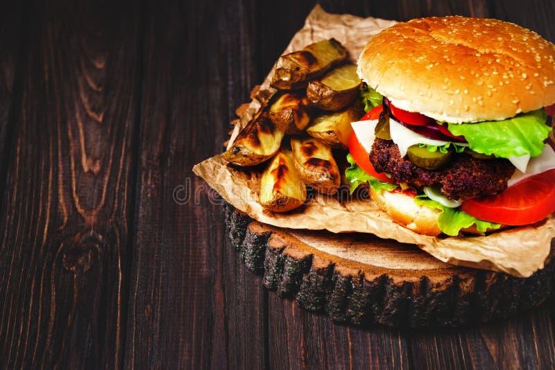 Le plan rapproch? des hamburgers faits ? la maison de boeuf avec de la laitue et la mayonnaise a servi sur la petite planche ? d? images libres de droits