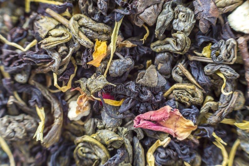 Le plan rapproch? des p?tales de fines herbes de th? sec soustraient le fond color? fonc? Mode de vie sain, boisson antioxydante  images libres de droits