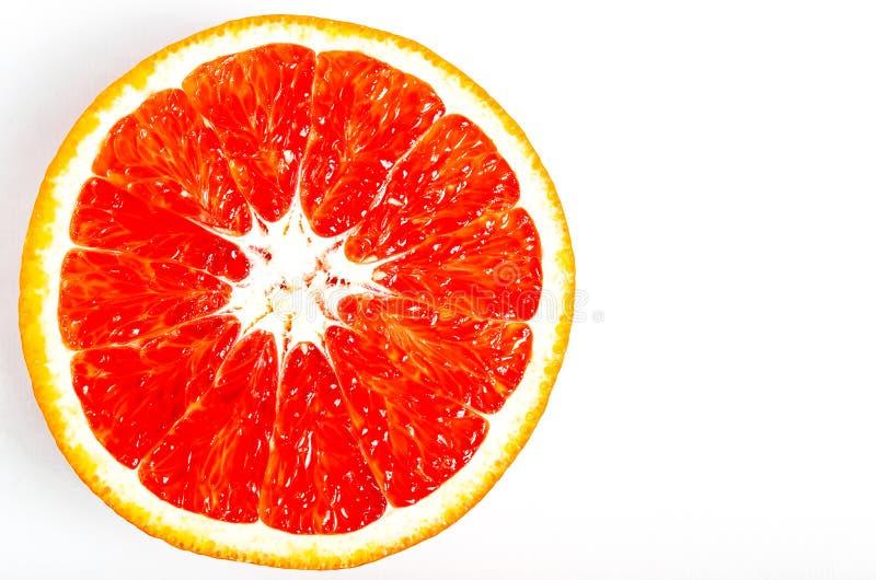 Le plan rapproch? orange rouge juteux de coupe se trouve sur un fond blanc image stock