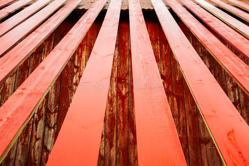 Le plance di legno dipinte rosso stanno asciugando immagini stock